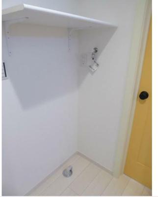 玄関に入られて右側に洗濯機おきばがあります。