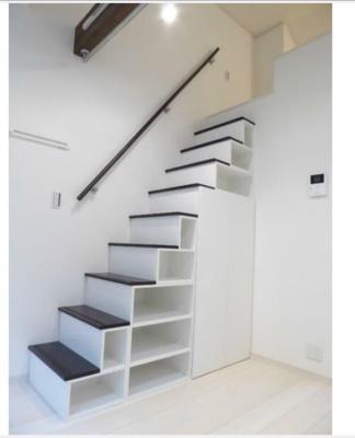ロフトに上がる階段を収納スペースとしてご利用になれます。