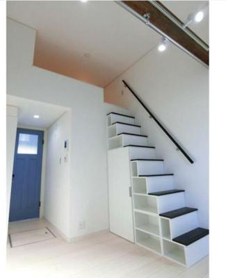 ロフトに上がる階段が収納とクローゼットになっています。
