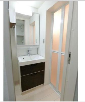洗面台は浴室横に位置しています。