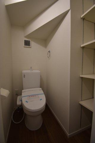 大容量の収納棚完備のトイレ。各階にトイレを設置いたしました。