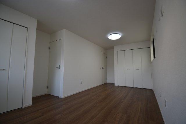2ドア1ルームの1階洋室 家族構成やライフスタイルに合わせ壁を設ける事で、3LDKを4LDKに変更する事が可能です。