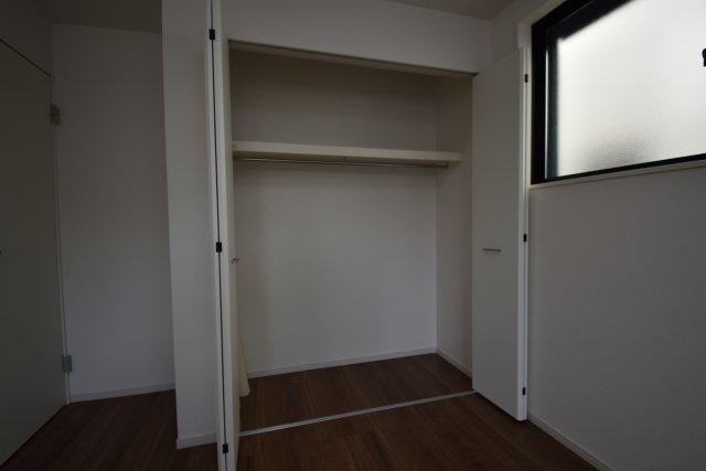 ハンガーパイプと枕棚を設置し長物の洋服も収納頂けます。各室に完備しております。