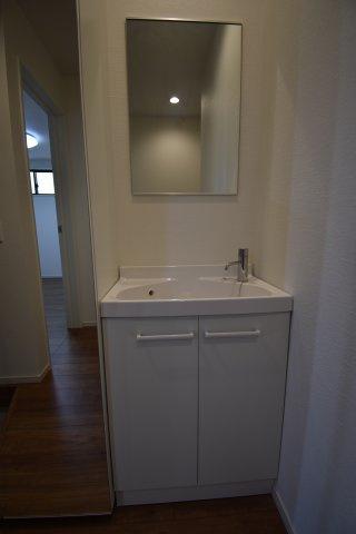 コロナ禍で気になる衛生面。玄関脇に設けた洗面台は帰宅後すぐに手洗いが出来るようになっております。