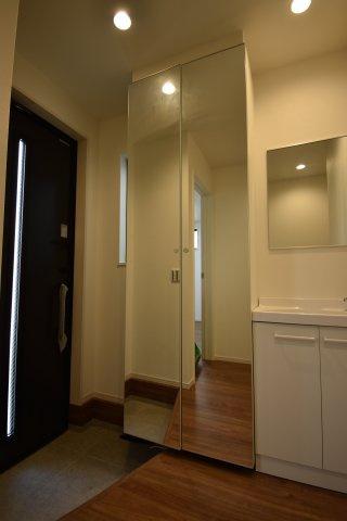 シューズボックスの扉は全面鏡張り。お出かけ前の身だしなみチェックは大型の姿見で・・・。
