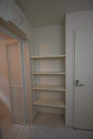 洗面室に設置された収納棚はバスタオルや着替え、沢山の物を収納していただく事が可能です。