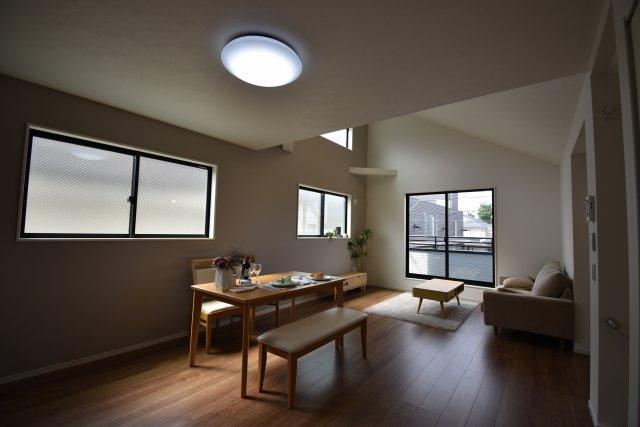 18帖の広々LDK 2階リビングだから可能な勾配天井の開放感あるファミリースペースです。明るくゆったりと過ごせる大空間をご覧になられてみてください!