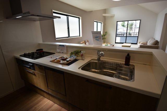 リビングを見渡せるキッチンスペース。機能的な設備が標準で備わり楽しく効率的にお料理が出来ます。