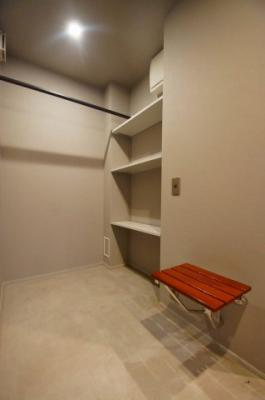 「玄関部分にも収納棚」あります。