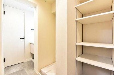 洗濯機置き場です。隣にはすぐ収納できる棚がございます。