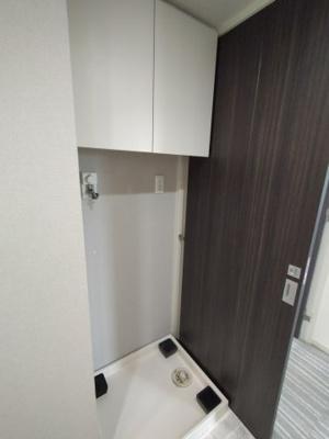 収納棚は散らかりがちな選択小物やリネンを入れるのに便利です。