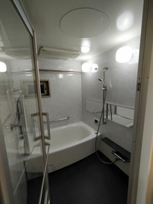 広い浴室はマンションのバスルームには珍しく換気窓があり便利です。