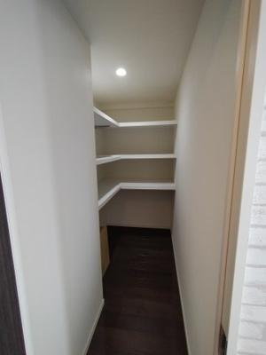 1.9帖もある広い納戸。収納豊富なお部屋ですので、ものが多くても安心です。