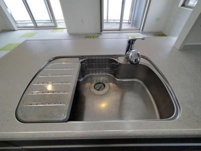 幅広シンクで洗い物も楽ですね。