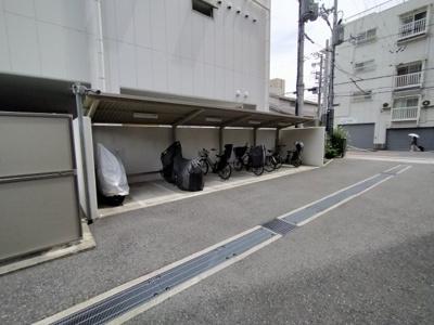 駐車場、バイク置き場です。