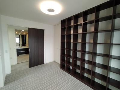 飾り棚が便利な洋室。インテリアや本をたくさん置けます。