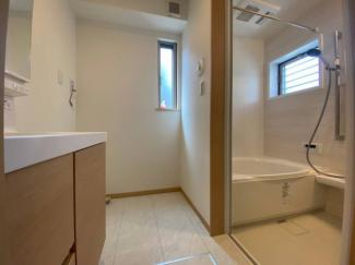 窓から明るい光が差し込む洗面所。脱衣スペースもしっかり確保。