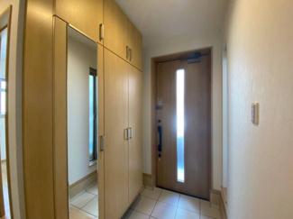 玄関を入ると視界に飛び込んでくるスタイリッシュな空間。