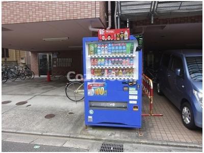 敷地内に自動販売機があるので便利です。