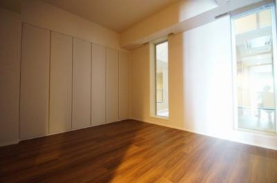 室内はオールフローリング貼りの洋室になります