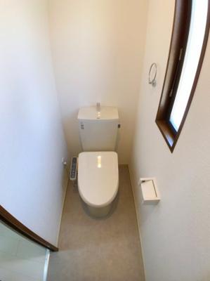 2階のトイレです。1階と同様にタオルリングが付いています◎