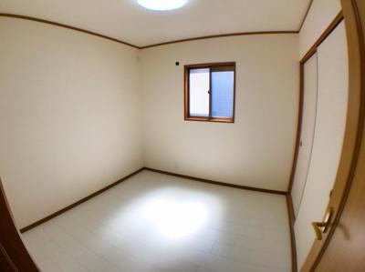 階段横の4.5帖の洋室です。