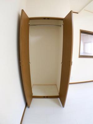 5.5帖洋室の収納です。バーが付いているのでコートなどの長物をかけるのに便利です◎