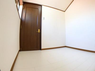 ロフトには窓がついていて高さもあるので1つの部屋として活用できそうです◎奥の扉は、隣の6帖の洋室のロフトに続いています。
