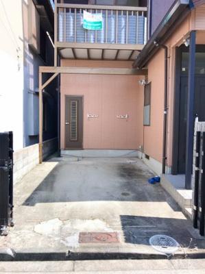 駐車スペースです。左奥の扉は和室に直接続いています。