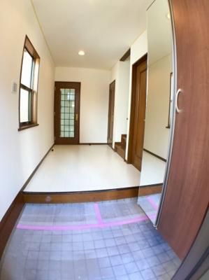 玄関ホールは広く、窓が付いているので明るい印象です◎奥の扉がLDKに続いています。右側の2つの扉は、手前が洗面室、奥がトイレに続きます。