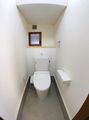 1階のトイレです。奥のちょっとした収納スペースが嬉しいですね◎