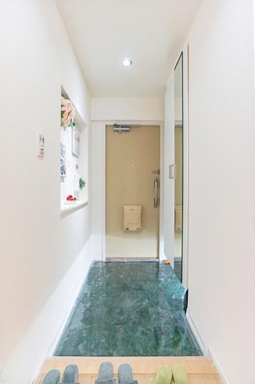 玄関は収納も豊富です! 段差の少ない清潔感ある玄関♪