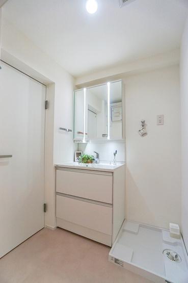 お化粧もしやすい三面鏡付き独立洗面台、 収納もしっかりあり、洗剤などもしまっておけます。