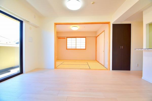 リビングからバルコニーにつながる大きな窓が、 開放的な空間を演出してくれます。