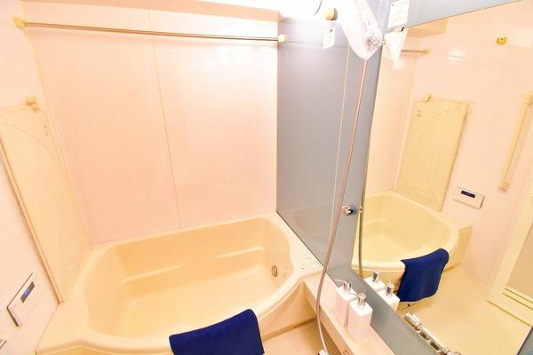 リノベーション済みのユニットバス! 白を基調とした明るいバスルームで一日の疲れをいやして下さい