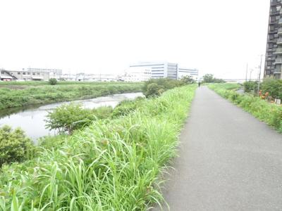 徒歩2分ほどで河川敷へ。移り行く季節を感じながらのお散歩は毎日を楽しみにしてくれます♪
