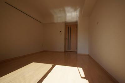 優しい色合いのフローリングの居室です。
