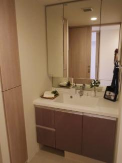三面鏡付き洗面台は大変使いやすいです。