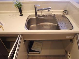 手元が隠せる対面キッチン。 シンク下には収納もできます。