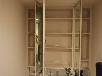 三面鏡扉を開くと整髪料や化粧品を置ける収納があり、とても便利です。
