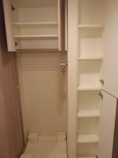 洗濯機置き場横にも収納があります。