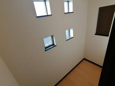階段上って右側に収納スペースがあります。