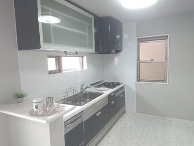 食器洗乾燥機を搭載したシステムキッチンを採用。吊戸棚やサイドカウンターがあり、使い勝手良好です!