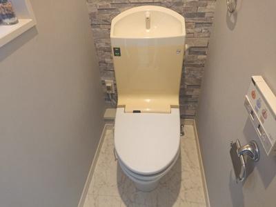 2階のお手洗いには温水洗浄便座を設置。どちらのお手洗いにもアクセントクロスを使用し、お洒落に♪