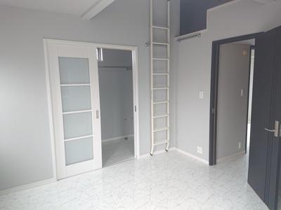 ロフト・WICを設けた収納たっぷりなお部屋です!勾配天井となっているため、開放感もありますね♪