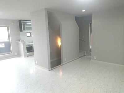 お洒落な床材が魅力的なLDK約22.7帖♪家族間のコミュニケーションを育むリビング階段仕様です!