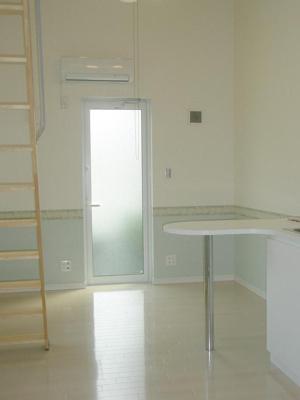 優しい色合いの床材を使用した居室です