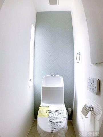 グレーのアクセントクロスがおしゃれなトイレ!