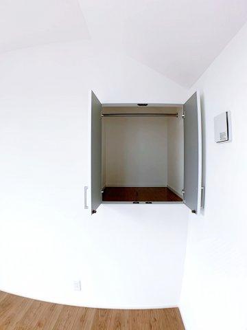 洋室5.2帖の収納スペース 小さめのスペースですが、奥行はありますよ♪