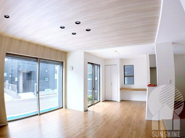 大きな窓が特徴のリビングには、スタディカウンター・収納スペースやタタミコーナーがあります♪